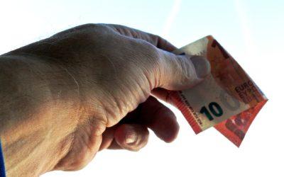 V zahraničí plaťte kartou, hotovost použijte jen an drobnou útratu